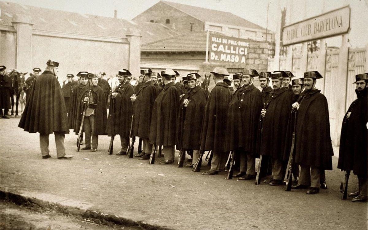 Els guàrdies civils a l'entrada del camp (Arxiu)