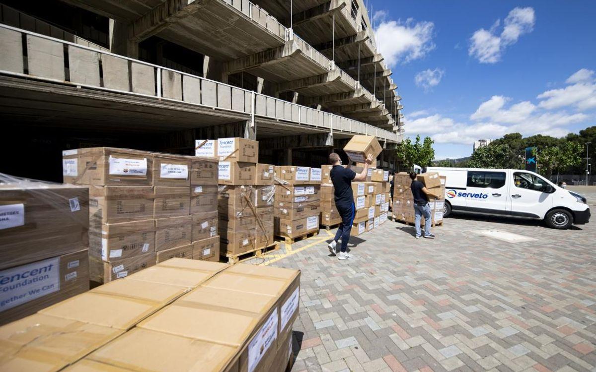 La Fundación Barça distribuye 248.000 mascarillas y 8.000 gafas y protectores visuales procedentes de la empresa china Tencent