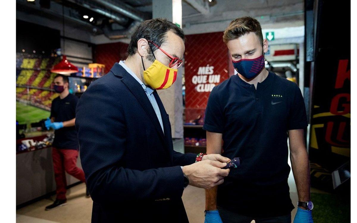 Oriol Tomàs visita la Barça Store del Paseo de Gracia, que hoy ha reabierto al público
