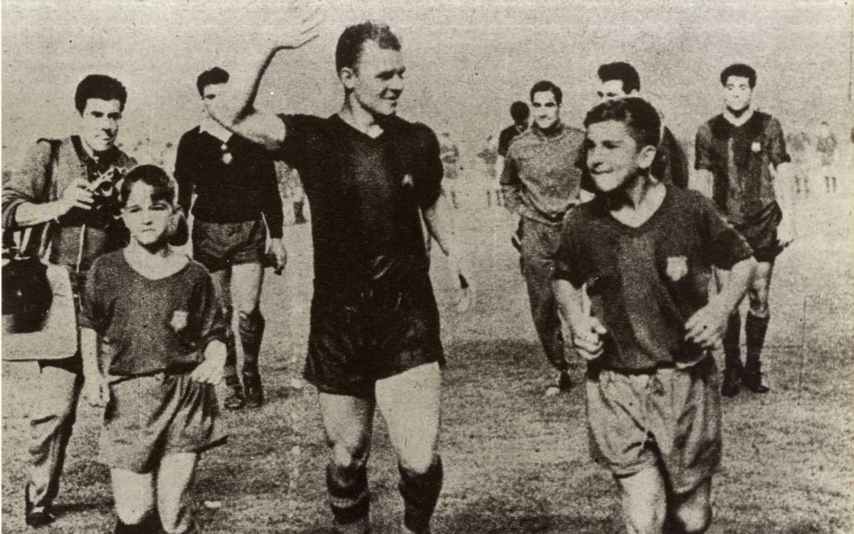 Kubala chia tay Camp Nou cùng những đứa con của ông năm 1961.