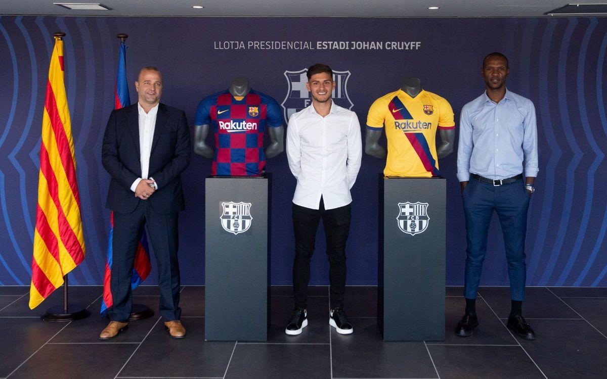Nils Mortimer ha firmado su contrato en el palco del Estadio Johan Cruyff con la presencia del directivo responsable del fútbol formativo profesional, Xavier Vilajoana, y del secretario técnico del fútbol profesional, Eric Abidal