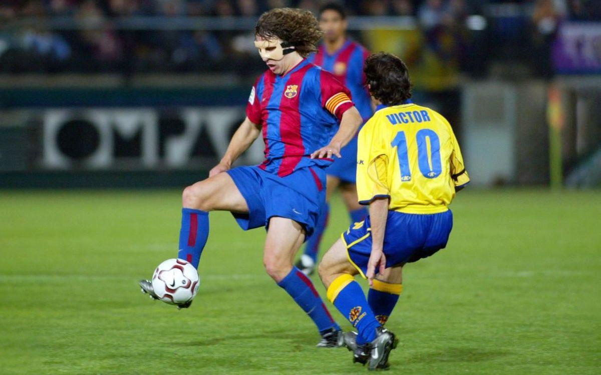 Puyol, con una máscara protectora como la que lució Messi.