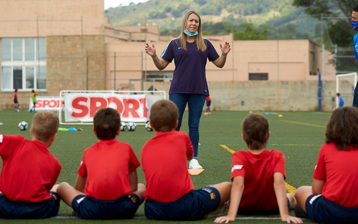 L'exjugadora del FC Barcelona, Cristina Jiménez, va compartir la seva experiència amb els participants al campus de la Barça Academy (Sport).
