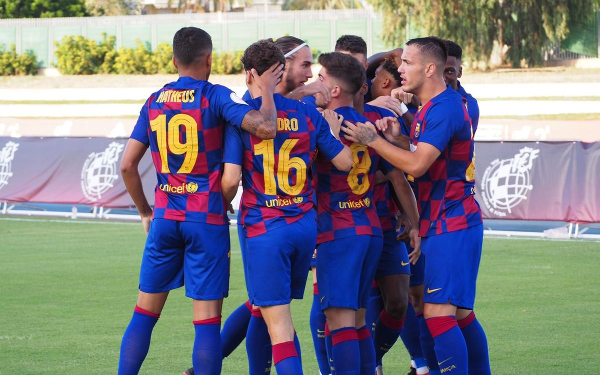Matheus Pereira celebra el primer gol ante el Valladolid Promesas con sus compañeros