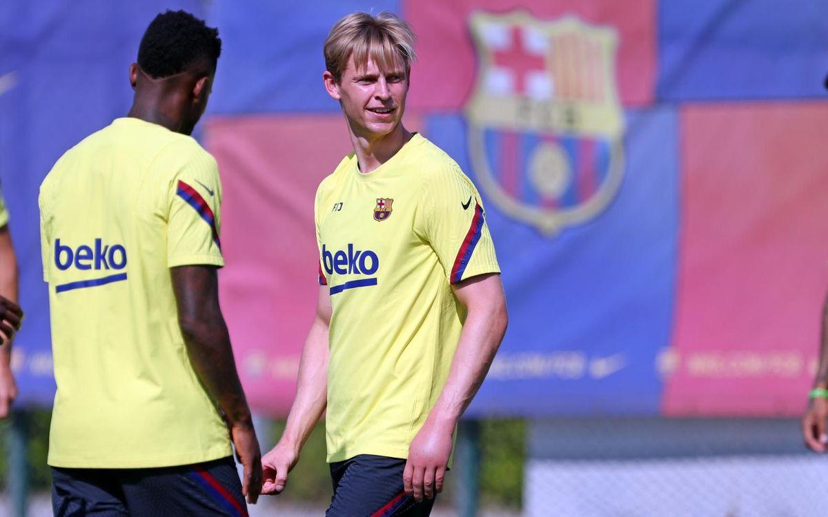 Frenkie de Jong, con la mano hinchada por la picadura (Foto: FC Barcelona).