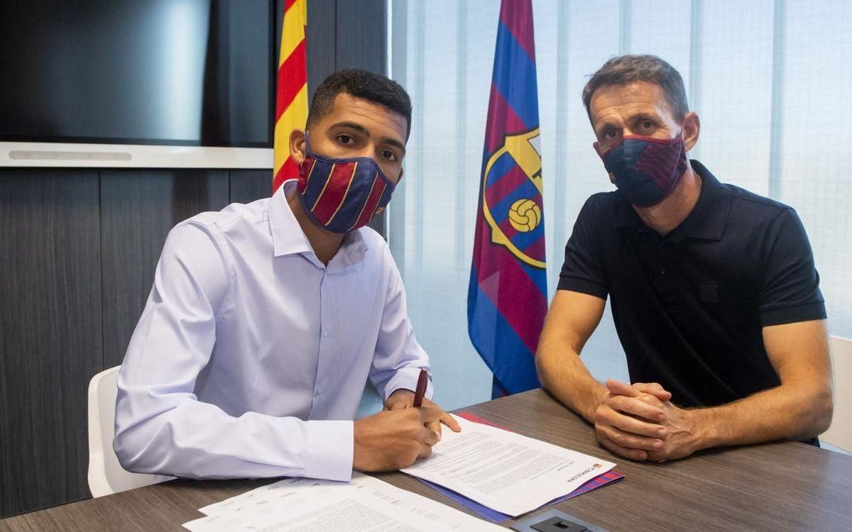 Matheus Fernandes, con Ramon Planes, formalizando la firma de su ficha federativa.