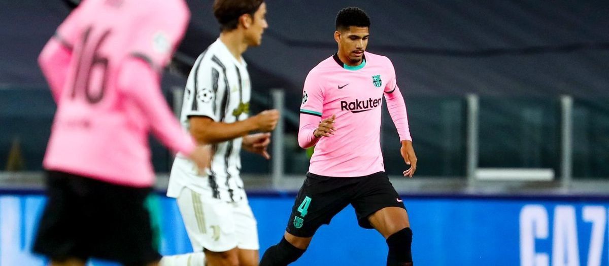 Ronald Araujo, replaced after some discomfort in the right thigh