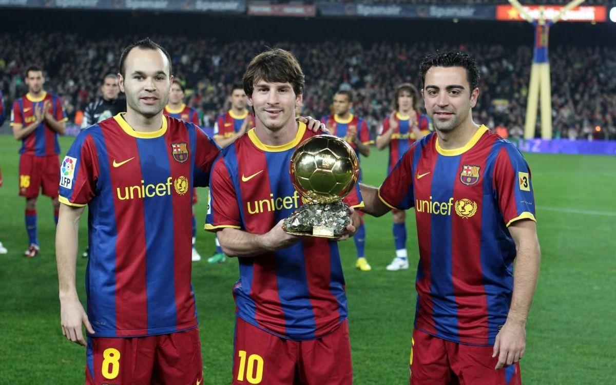 Iniesta, Messi et Xavi, avec le Ballon d'Or au Camp Nou en 2010.