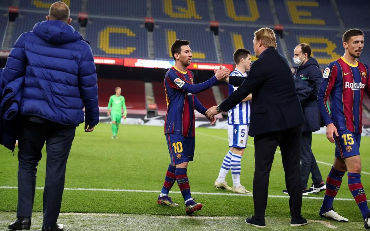 Messi y Koeman se saludan tras un partido en el Camp Nou