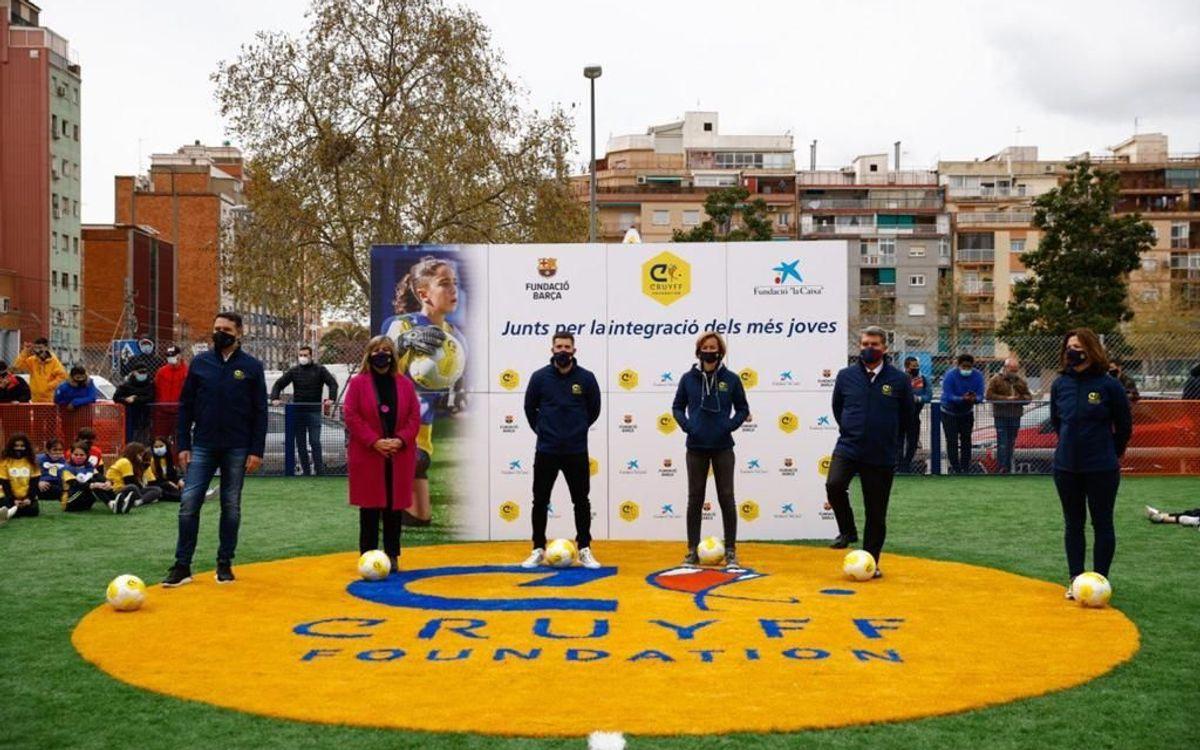 Jordi Alba apadrina el nou Cruyff Court de L'Hospitalet de Llobregat, acompanyat del president Laporta