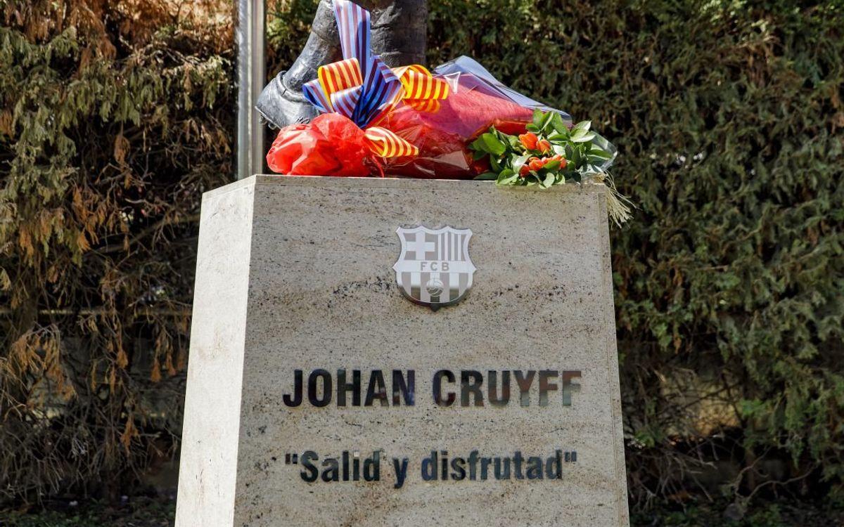 Ofrenda floral en memoria de Johan Cruyff.