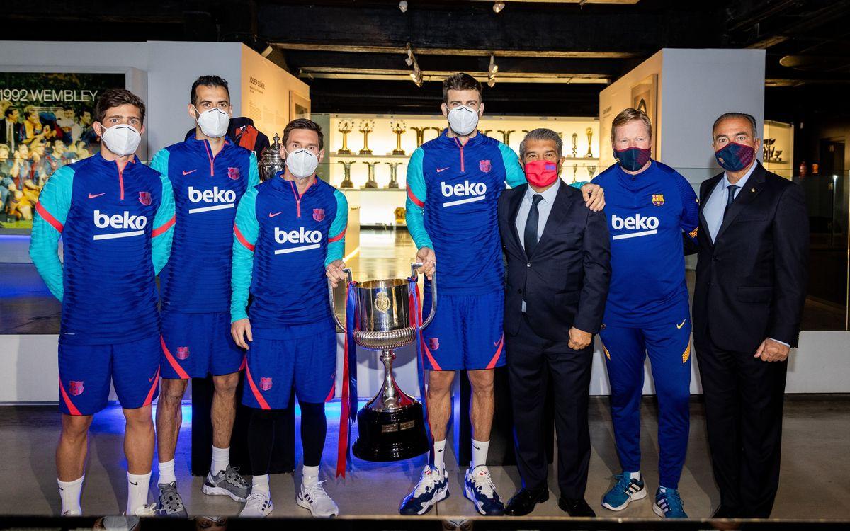 Laporta, Koeman y los capitanes entregan la Copa al Museo