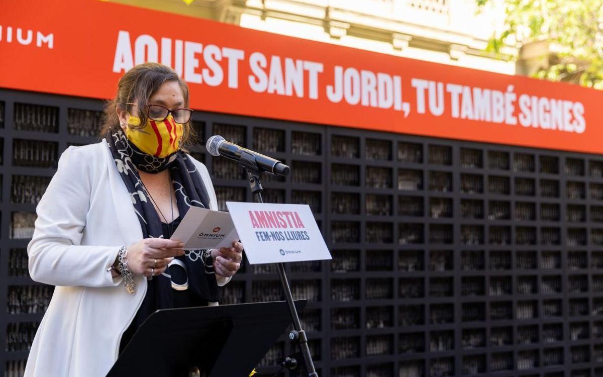 El Barça participa en las actividades de Òmnium Cultural por Sant Jordi