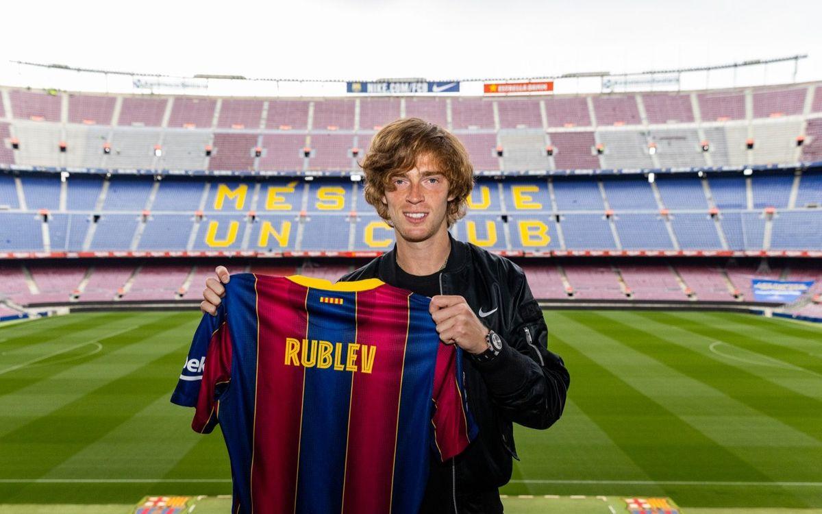 El tenista Andrey Rublev visita el Camp Nou