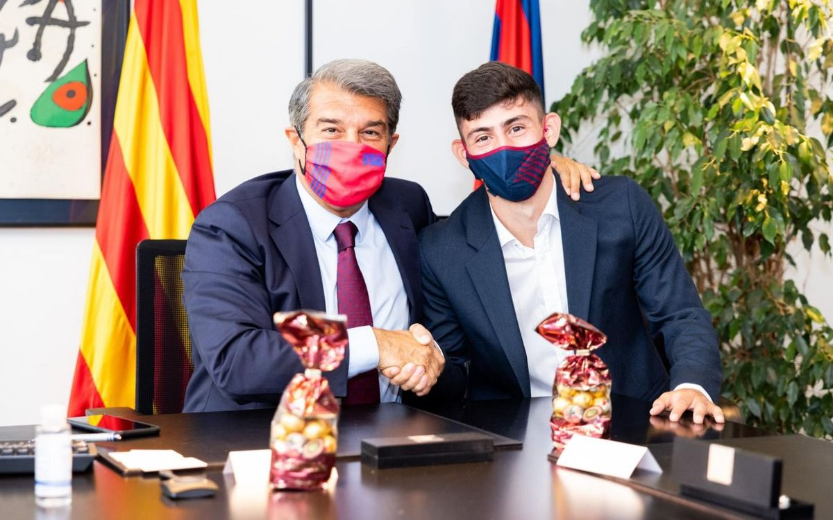 Yusuf Demir signs contract as a Barça player