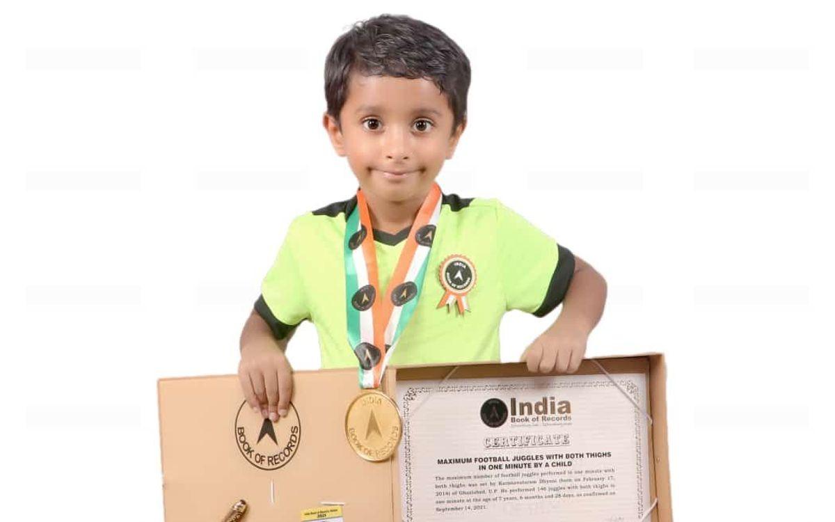 Un jugador de la Barça Academy Delhi, al llibre de l'Índia dels rècords
