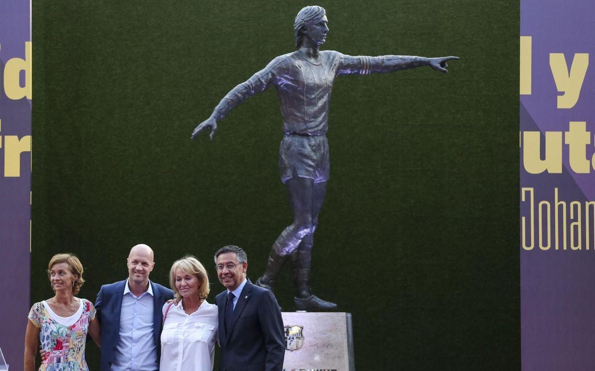 Inaugurada l'estàtua d'homenatge a Johan Cruyff a l'exterior del Camp Nou